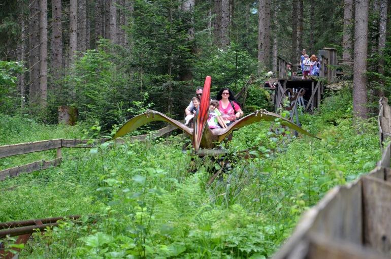 Lustige Fahrt mit dem Flugsaurier in Gosau